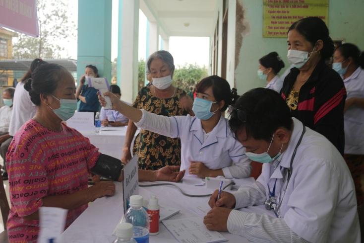 Trạm Y tế xã Vĩnh Hòa tích cực trong công tác phòng chống dịch bệnh cho người dân