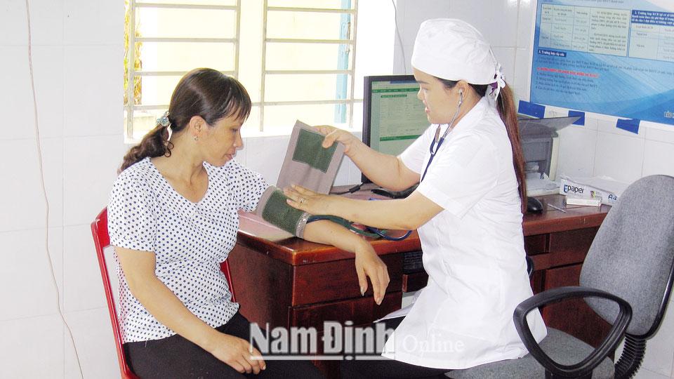 Trạm y tế xã Vĩnh Kim chú trọng công tác khám, chữa bệnh cho người dân